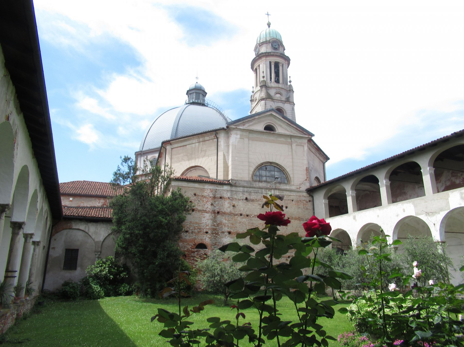 Chiesa di San Pietro a Gattinara dove si trova la misteriosa Madonna Nera di Rado