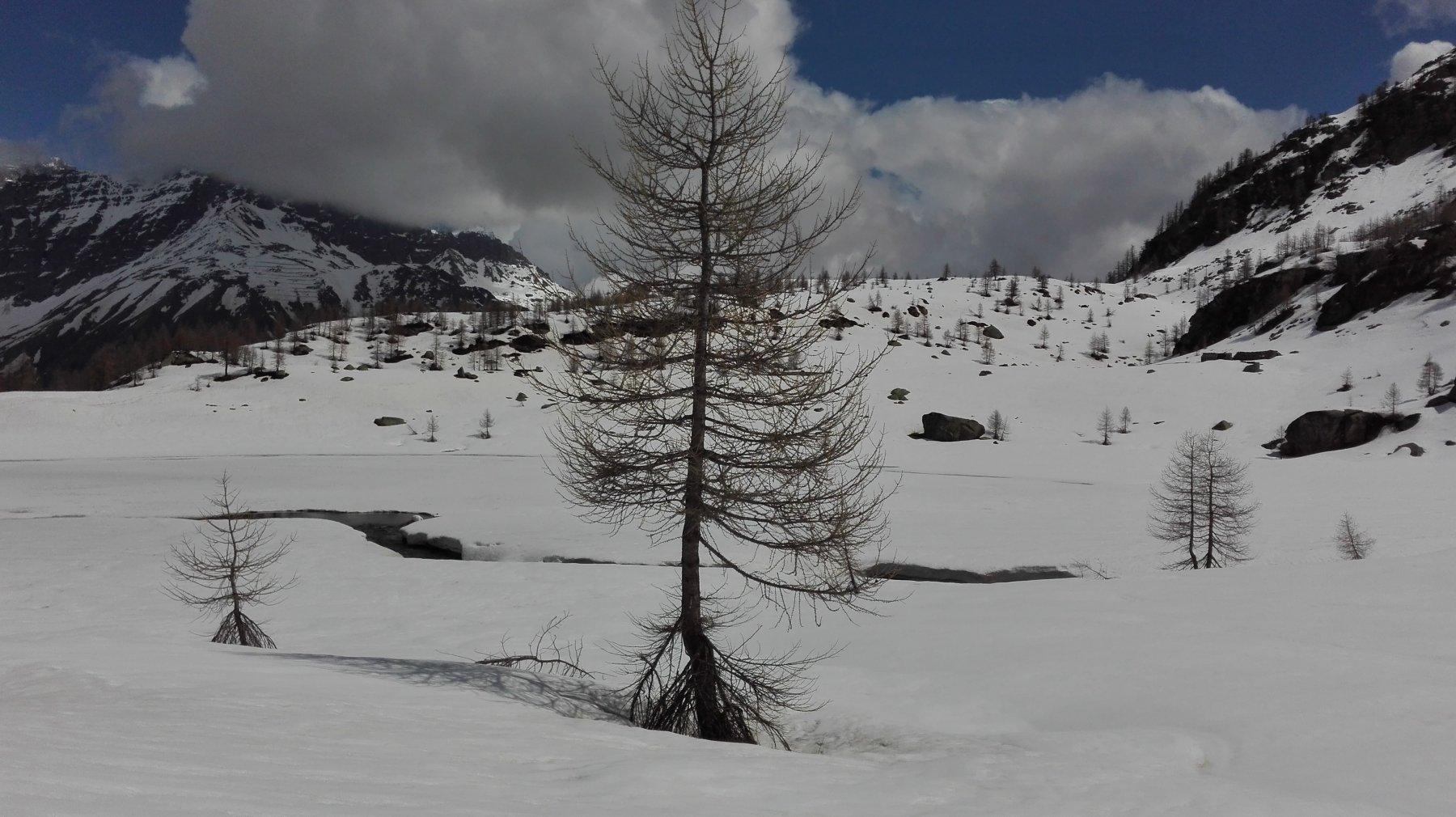 Il lago ancora coperto di neve