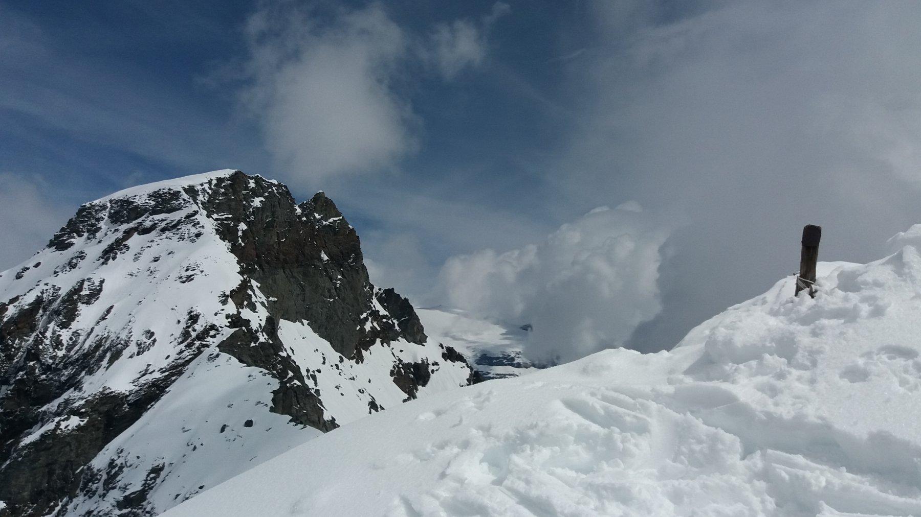 La croce di vetta sommersa dalla neve