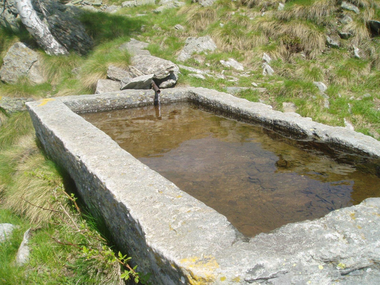 Caratteristia fontana scavata in uni blocco di granito.