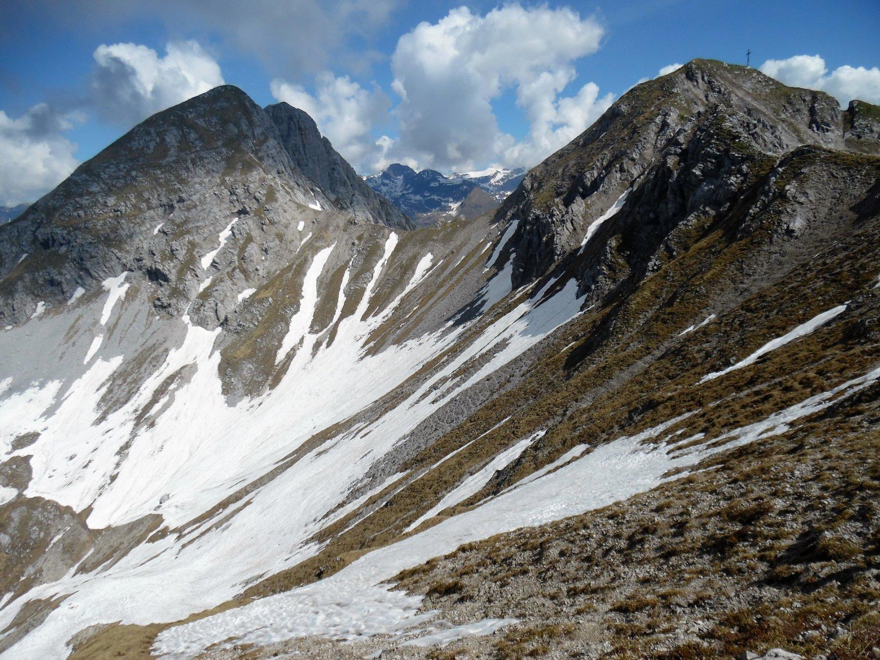 A destra la Croce di Monte Secco, a sinistra le due Cime Est e Ovest del Monte Secco