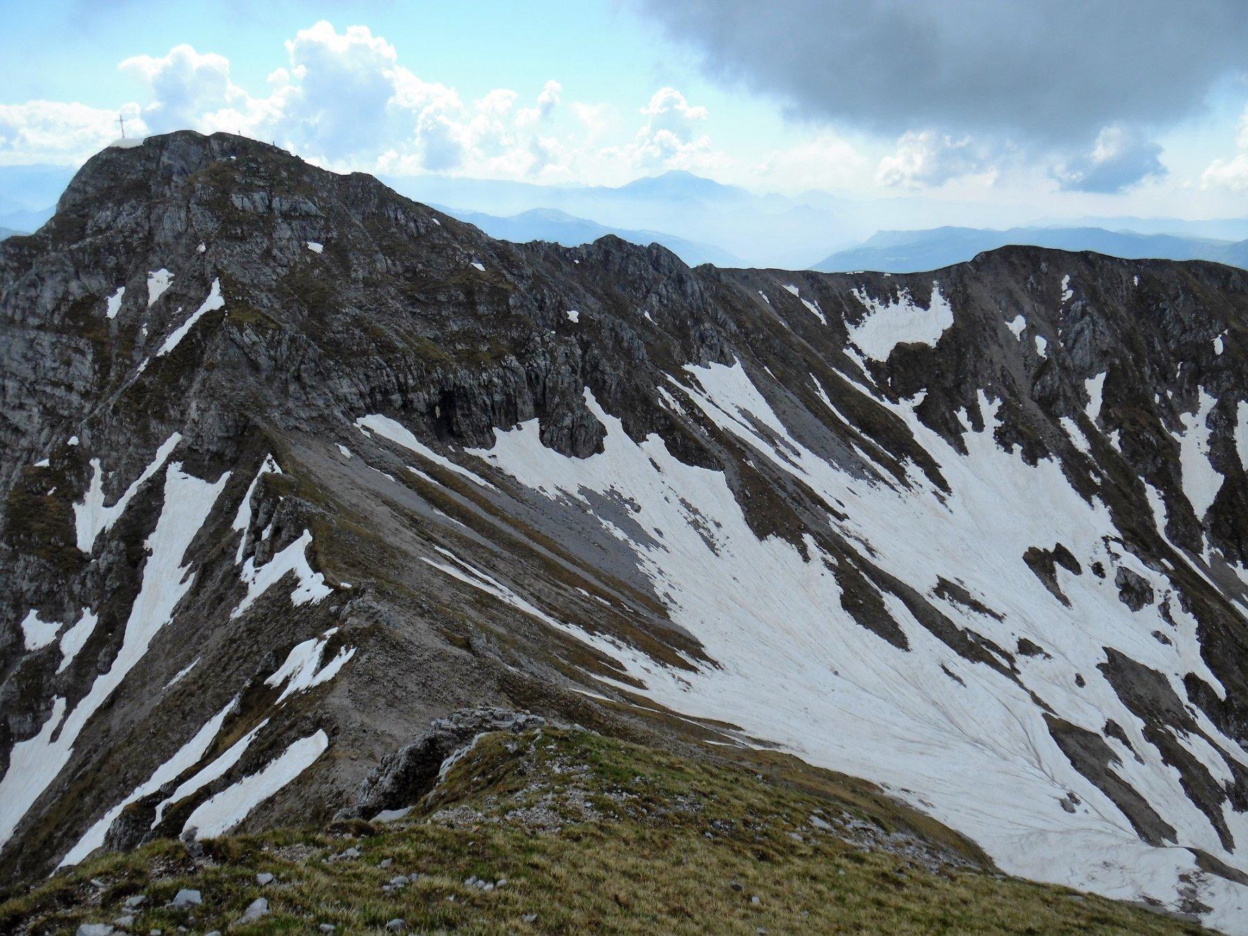 Croce di Monte Secco dalla salita verso la Cima Est del Monte Secco