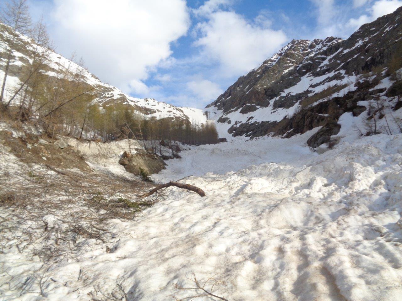 enorme valanga (vecchia) da attraversare nel vallone sotto il bivacco