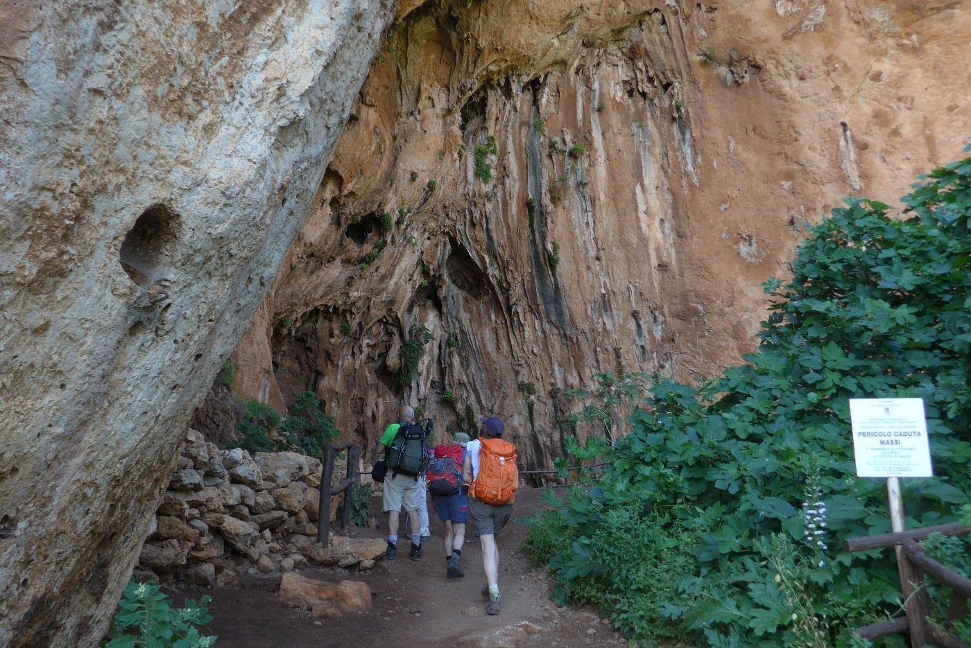 Entrando nella grotta dell'Uzzo