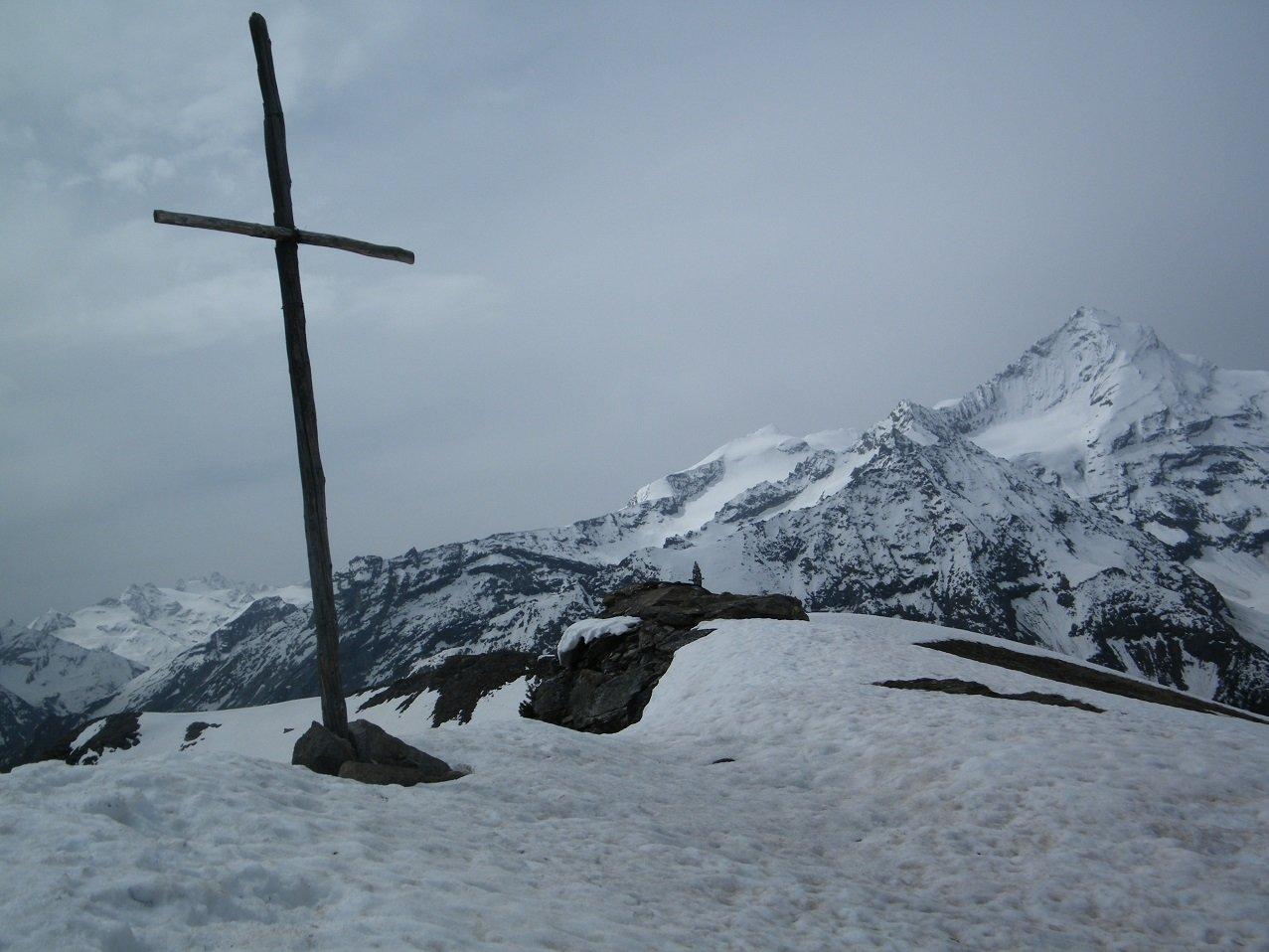 La spartana croce di vetta con P.ta Rossa e Grivola sullo sfondo.