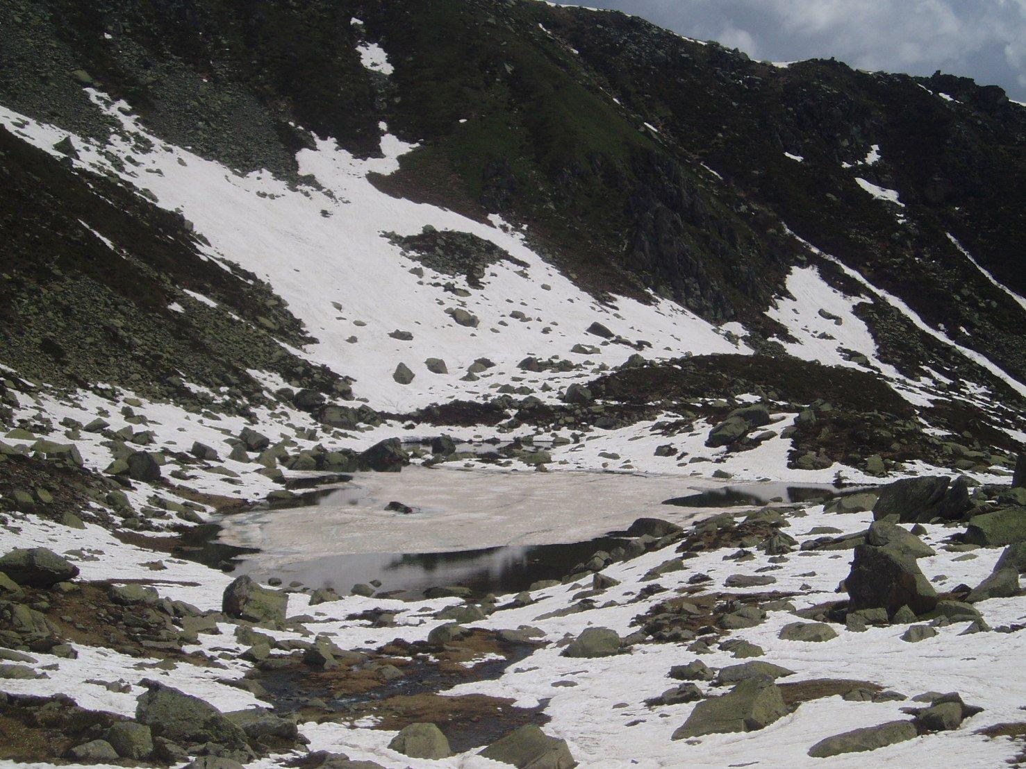 Lago inferiore ancora parzialmentwe ghiacciato.