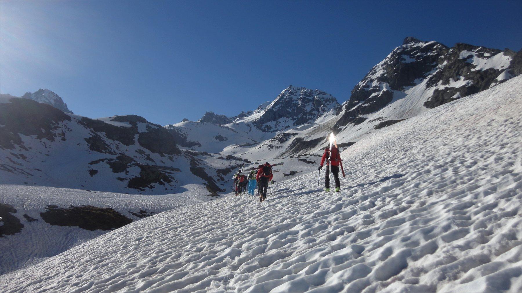 partenza con gli sci sulla neve bucherellata