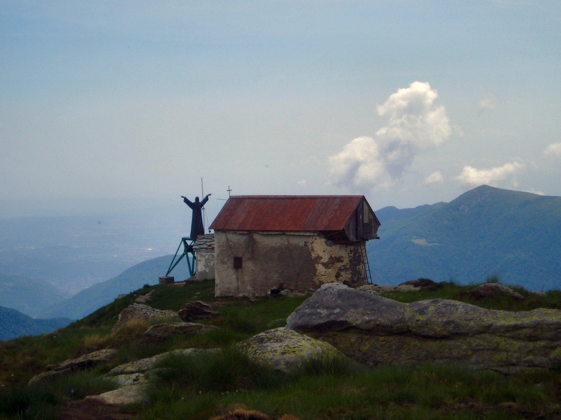 Bivacco e statua del Cristo Redentore.