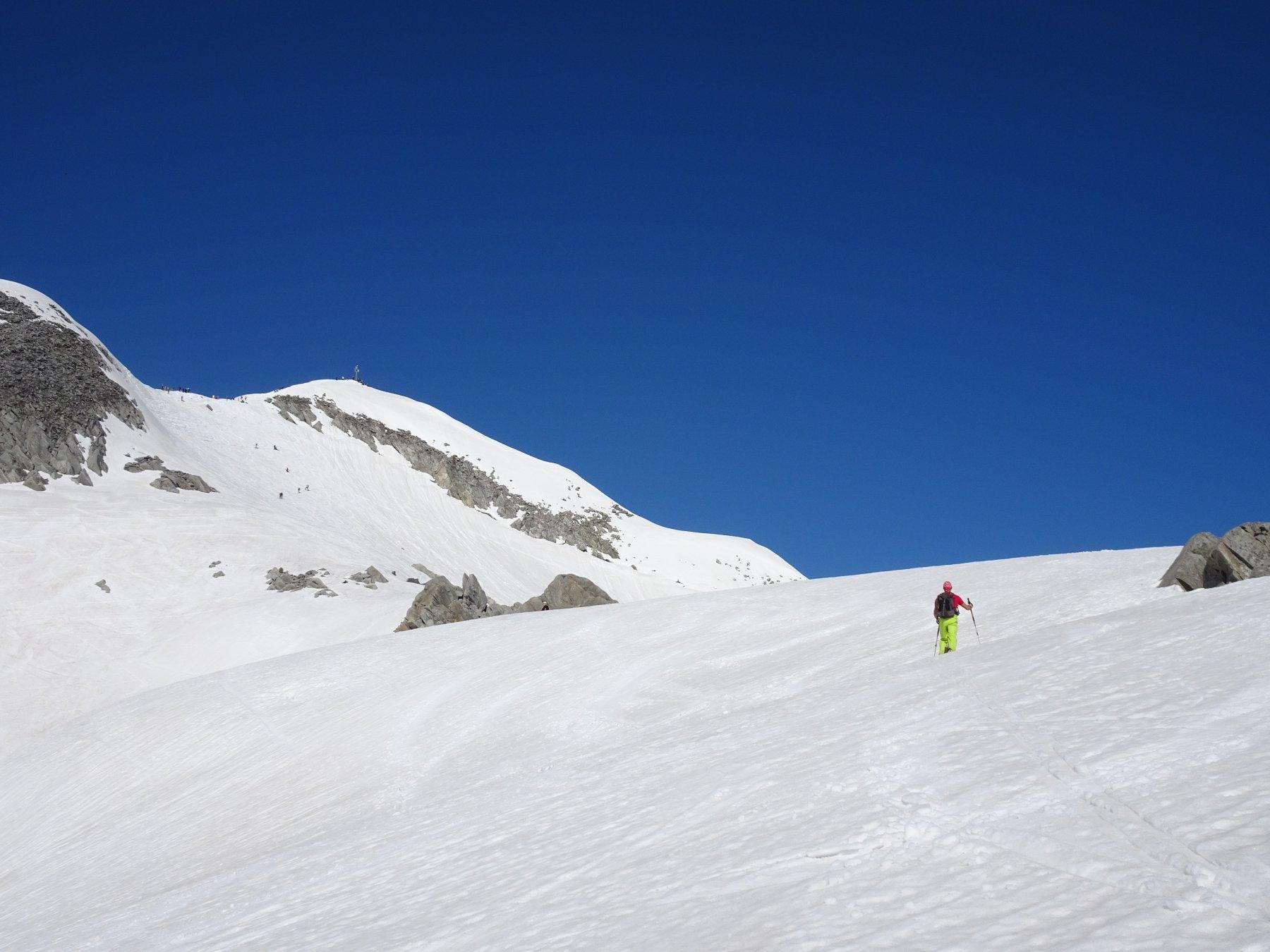 la in fondo la vetta ultimi 50 m su ampia cresta nevosa