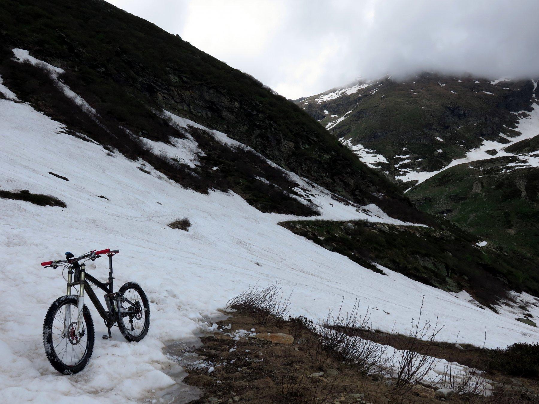 Ultimissimo tratto prima del bivio dove parte il sentiero, ancora molta neve!