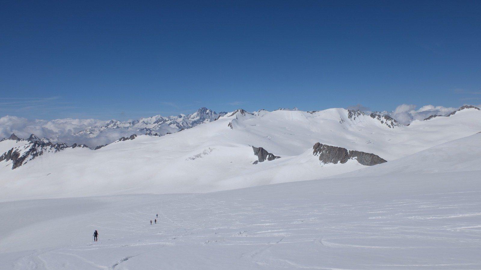 Quasi in cima al Dammastock si apre il panorama sulle vicine cime del ghiacciaio del Trift e sull'orizzonte più lontano