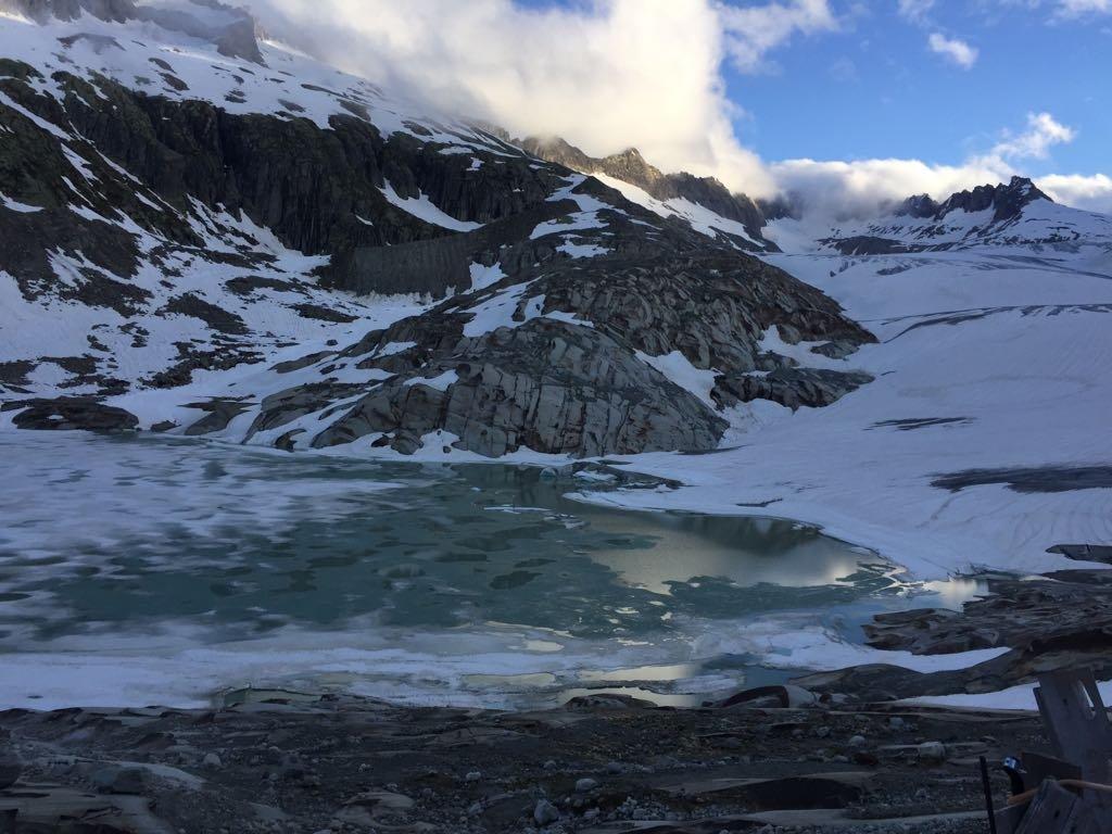 Appena sotto l'Hotel belvedere c'è il lago, noto per la vicina grotta di ghiaccio; sulla destra il ghiacciaio del Rodano, partenza della gita
