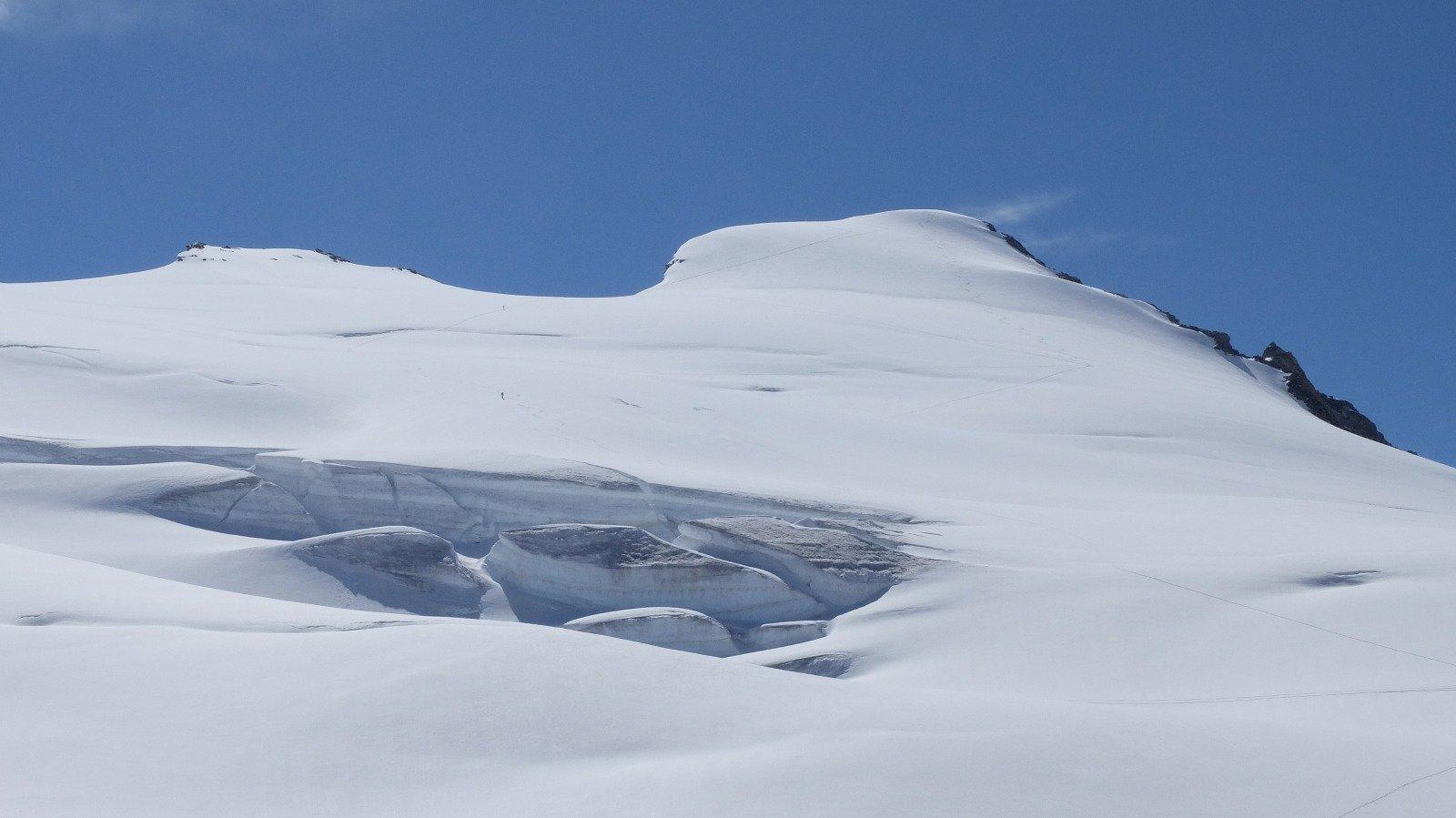 Bei seracchi sotto l'Hinterer Rhonestock, una seconda cima che si può abbinare al Dammastock con breve discesa e risalita
