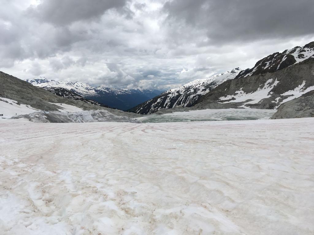 Quasi alla fine, lunghi tratti in falsopiano sul ghiacciaio già consumato da sole e pioggia