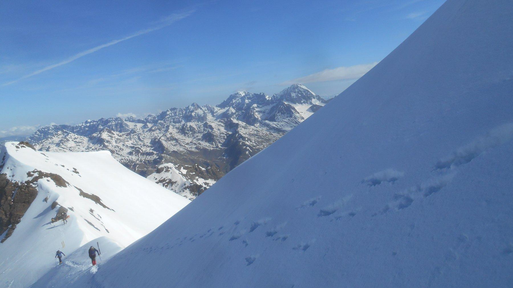 il primo tratto di cresta con Ortles e Gran Zebru sullo sfondo