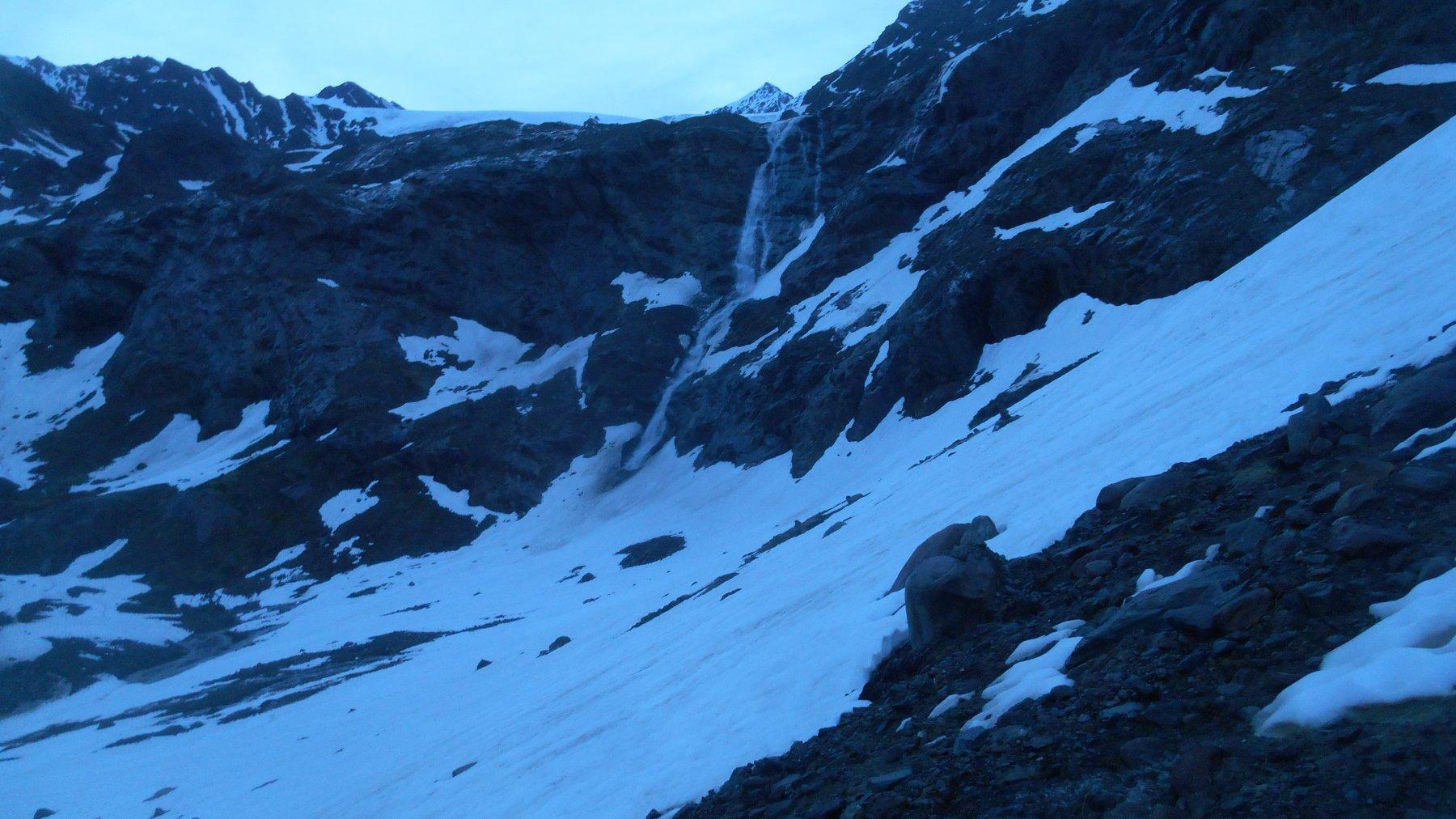 La cascata di primo mattino - dove inizia la neve