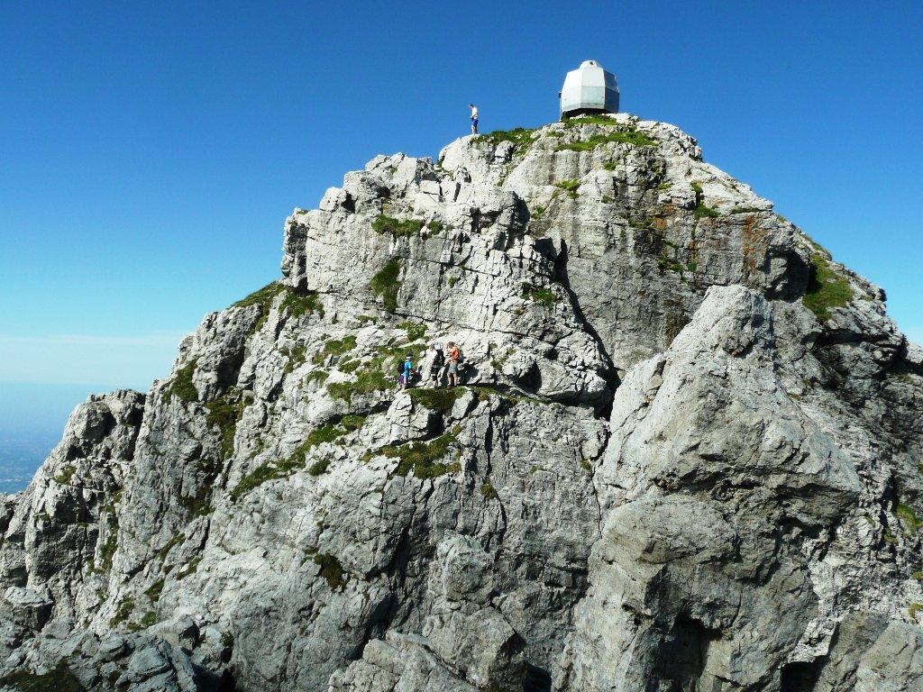 Arrivando in cima. Muretto finale con catene lungo la cresta Sinigaglia.
