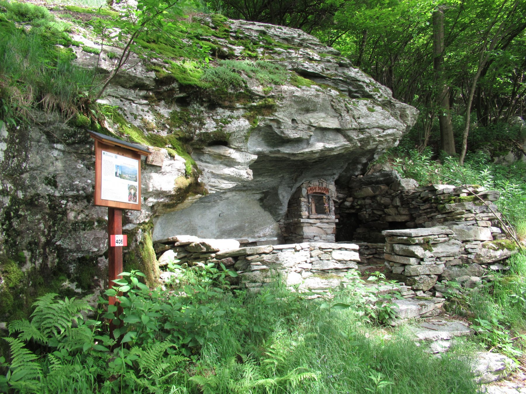 Pilone votivo ricavato nella roccia
