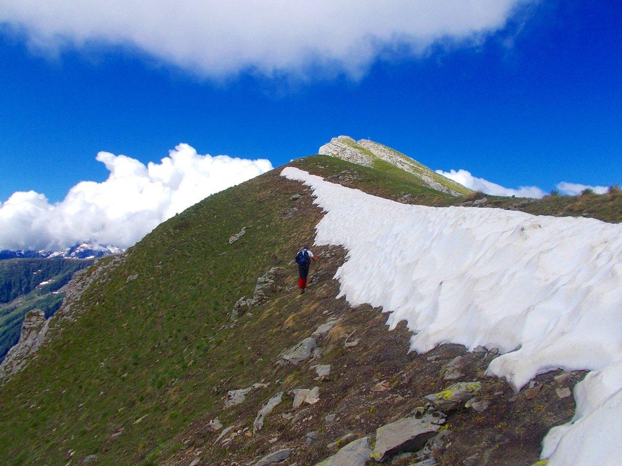 ultima neve sotto la  cima