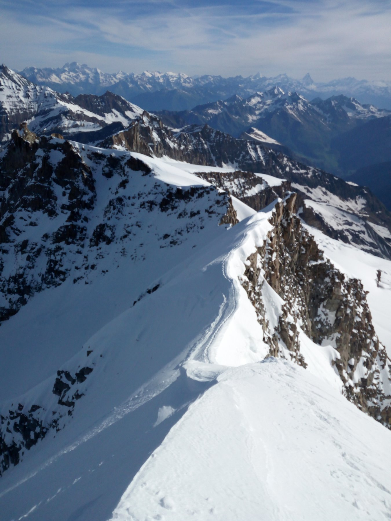 La cresta che collega Piccolo e Gran Paradiso, a sx l'uscita della parete nord.