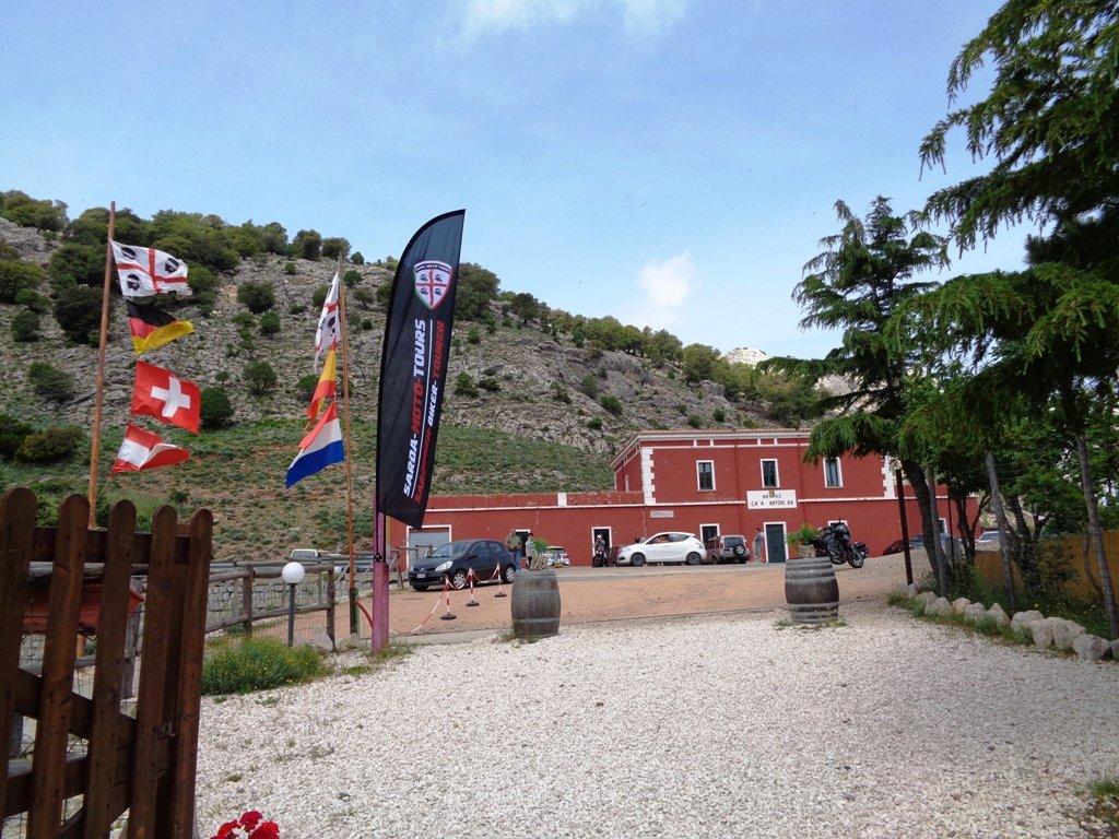 Casa Cantoniera e immancabile bandiera dei 4 mori