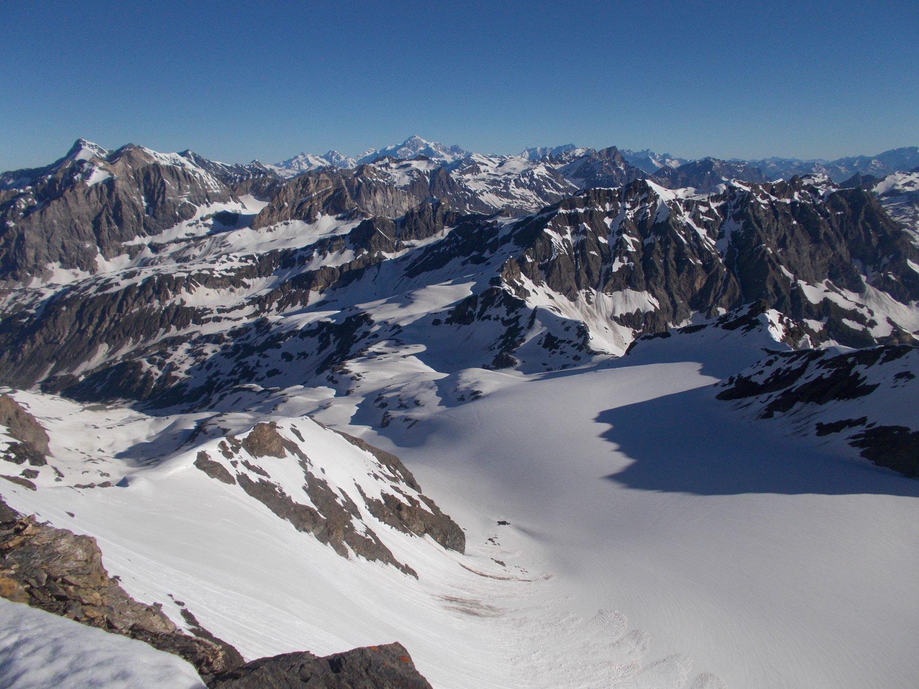 vasto panorama dalla vetta sino al M.Bianco e oltre..