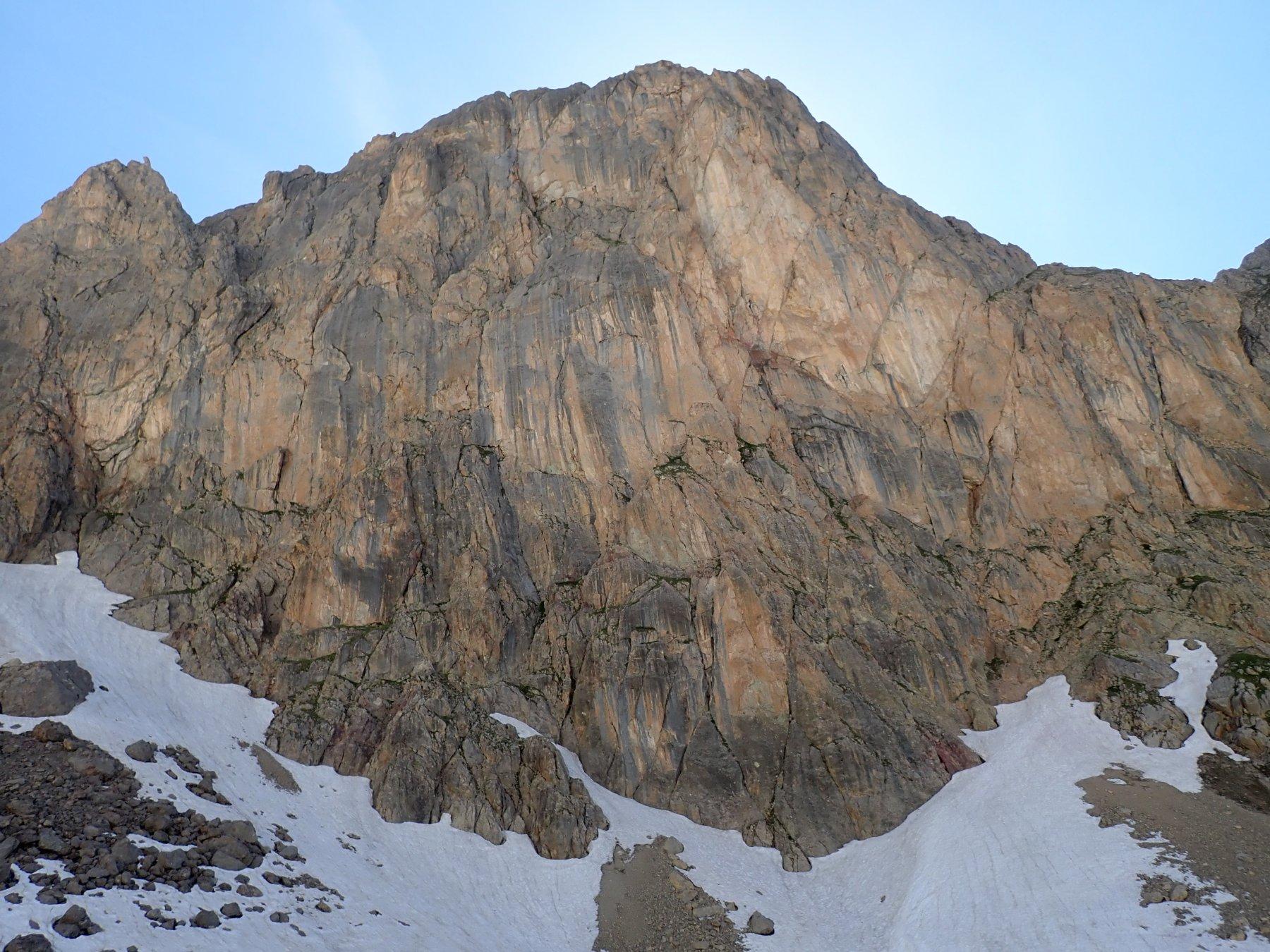 L'impressionante parete est della cima Raisin