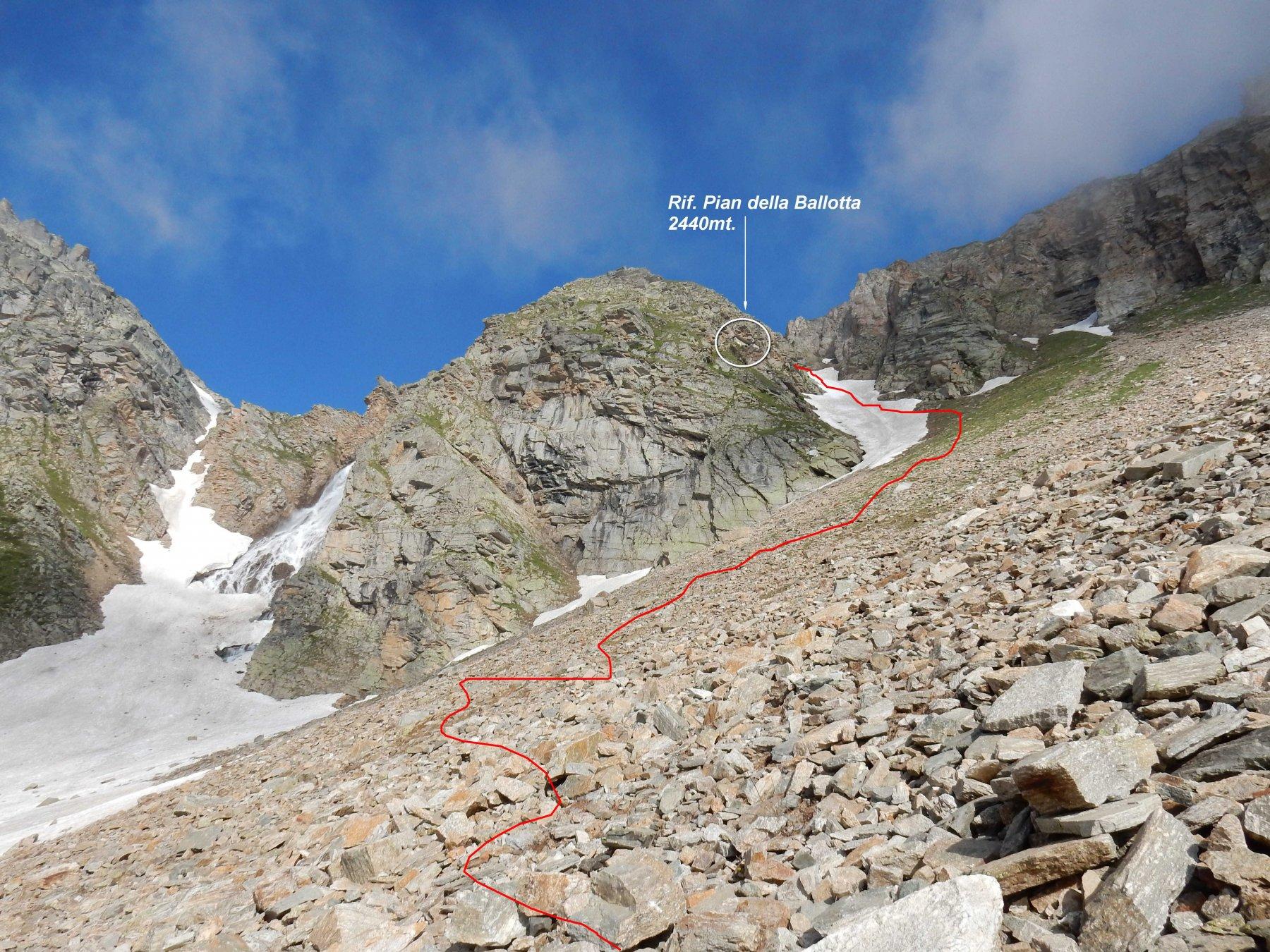 La traccia che dal Lago Serrù  sale verso il Rif. Pian della Ballotta.