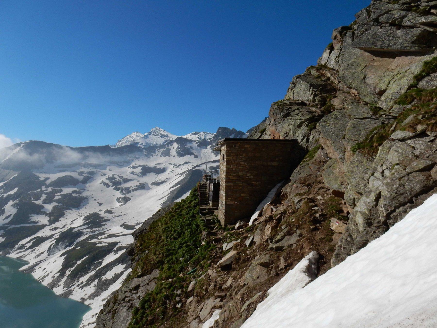 Il Rif. Pian della Ballotta 24440mt. appollaiato 150mt. sopra il Lago Serrù