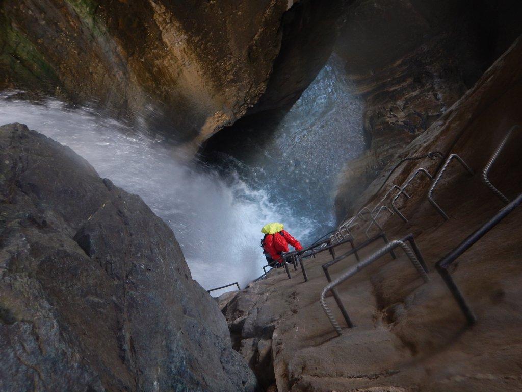 In salita accanto alla seconda cascata