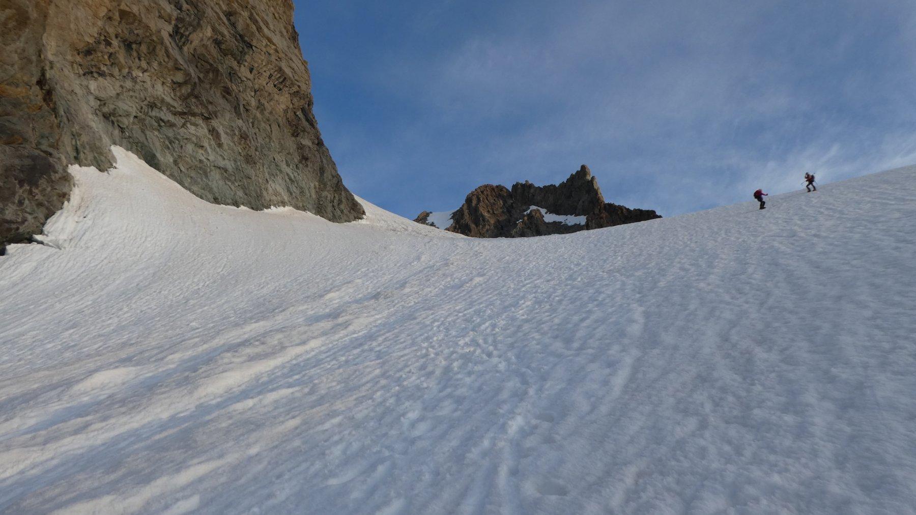 salendo la rampa del ghiacciaio che porta nella conca terminale sotto la cima