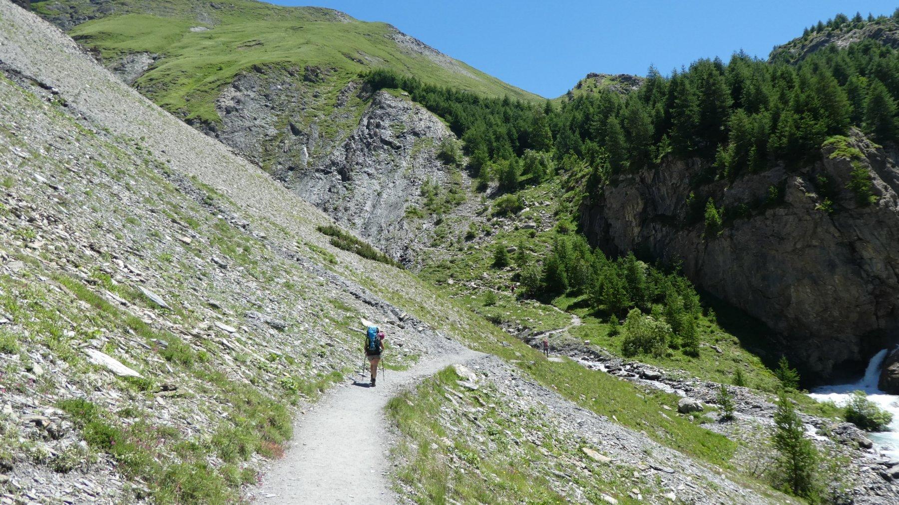 il tratto iniziale del sentiero sopra il parcheggio del Bout du Col