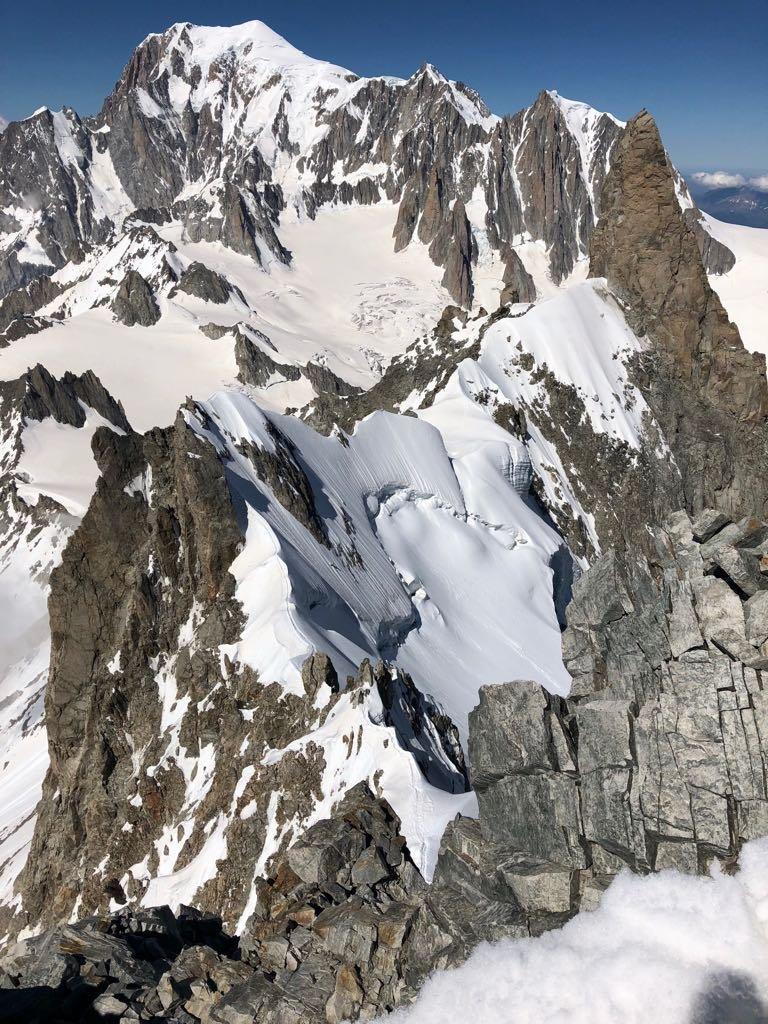 L'intera cresta vista dalla vetta dell'Aiguille
