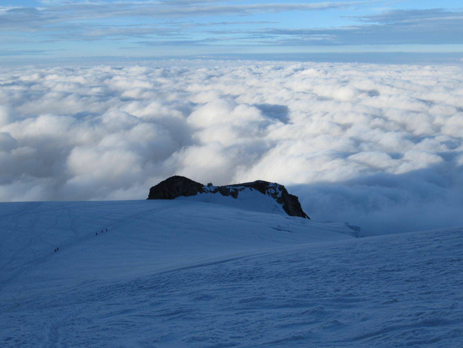 Capanna Gnifetti su un mare di nubi