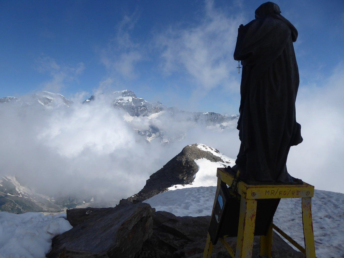 La madonnina di vetta con lo Strahlhorn sullo sfondo.