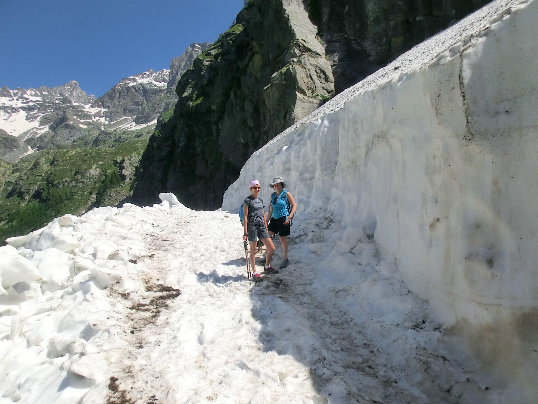 Nevaio sbancato lungo il sentiero