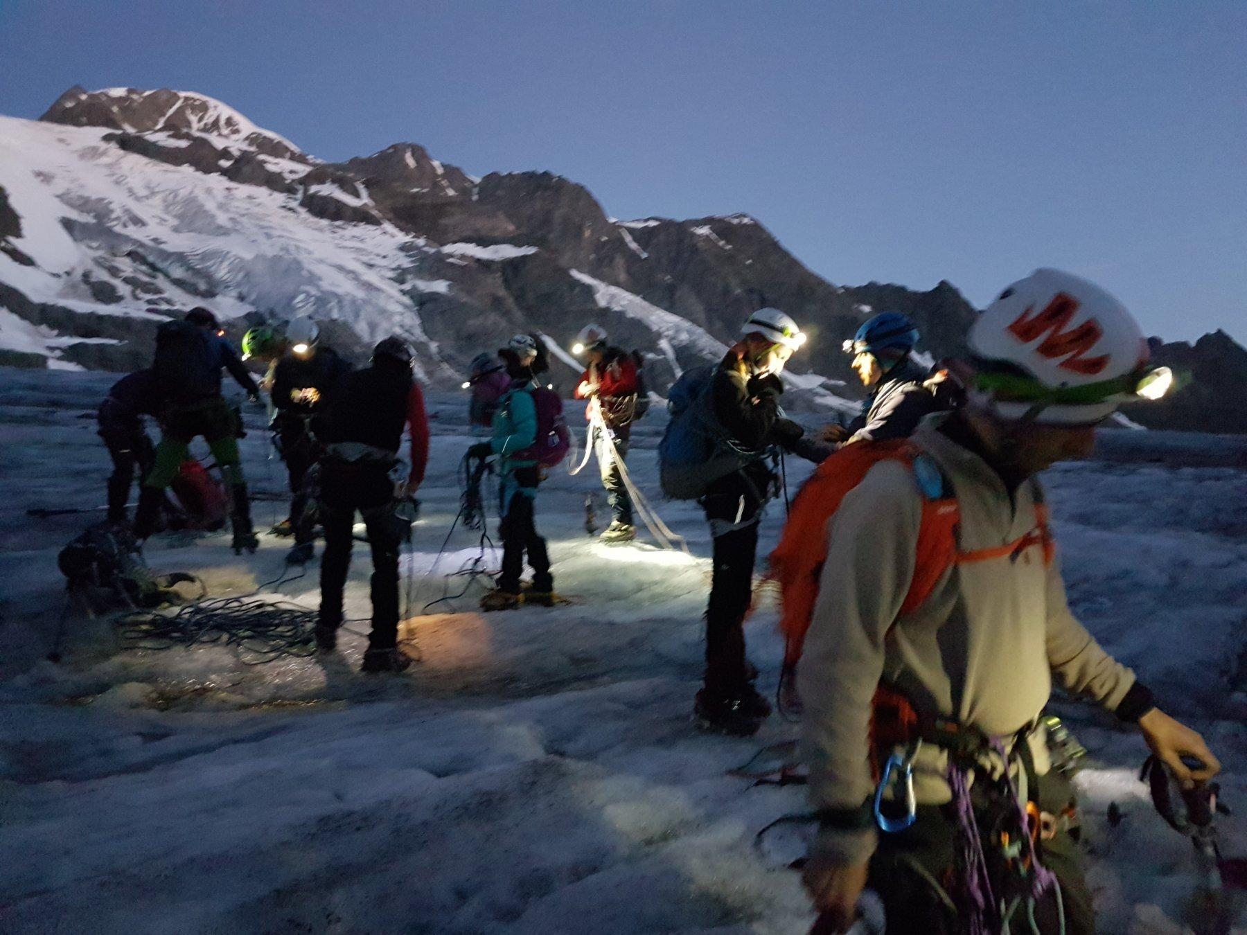 All'alba mentre ci leghiamo sul ghiacciaio