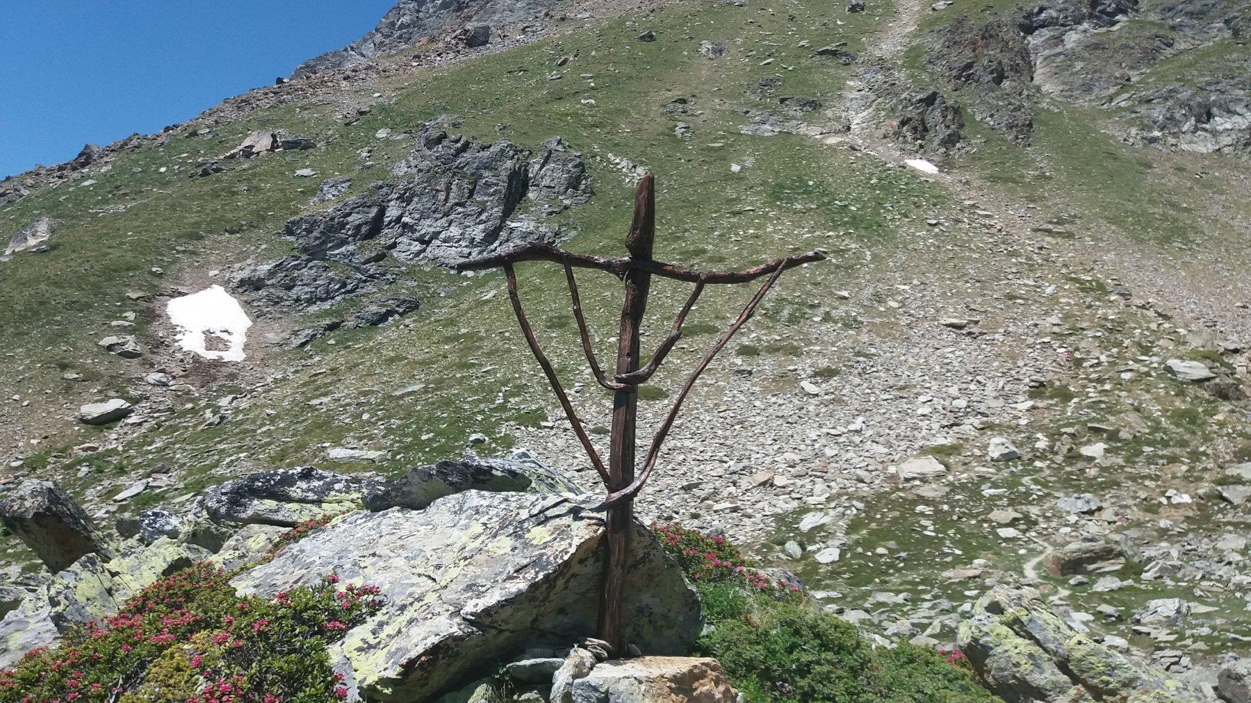 Una strana scultura lungo il sentiero