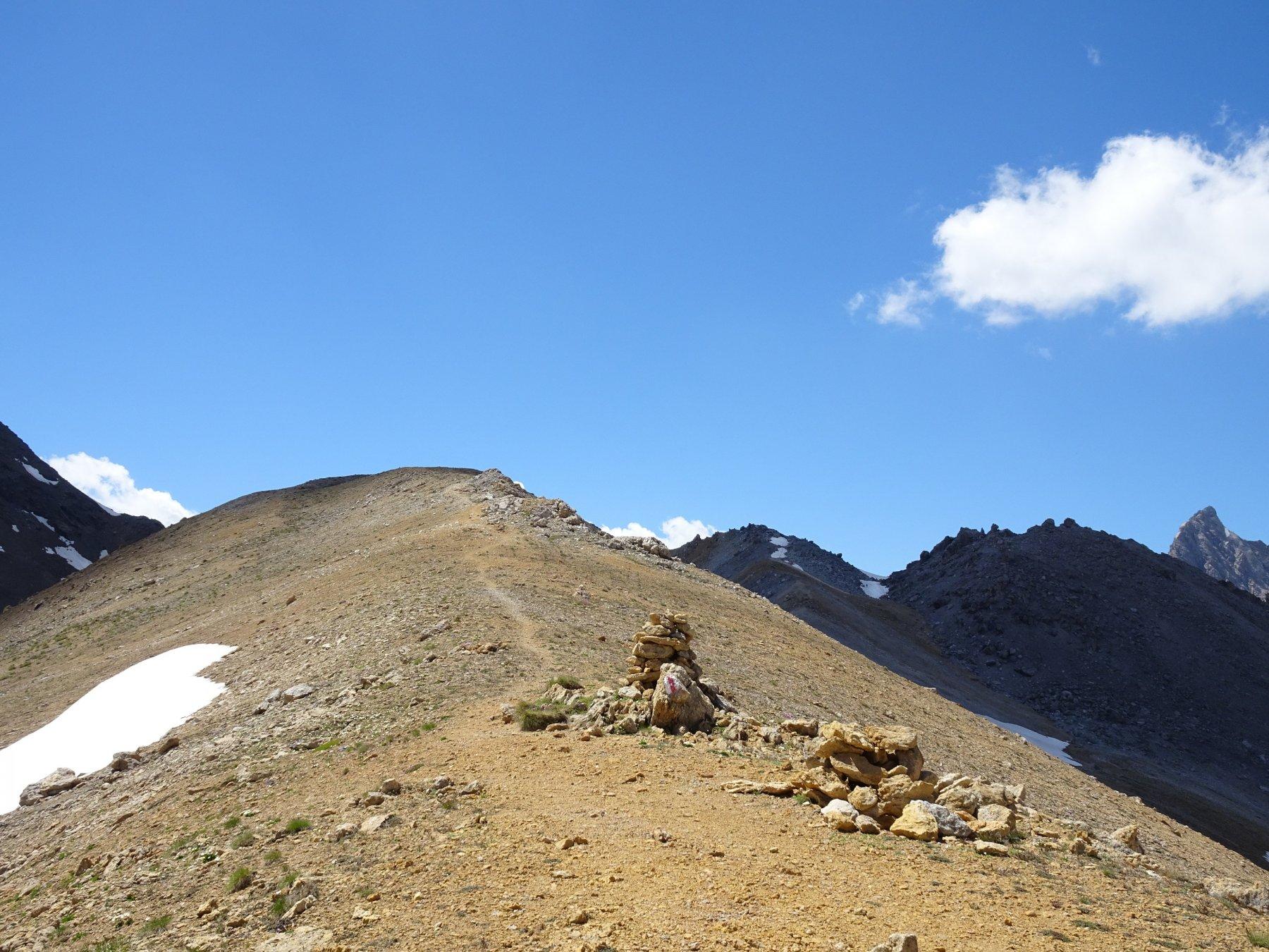 si potrebbe raggiungere una vicina cimetta, ma dopo 2000m di dislivello e quasi 30km di salita, bastano