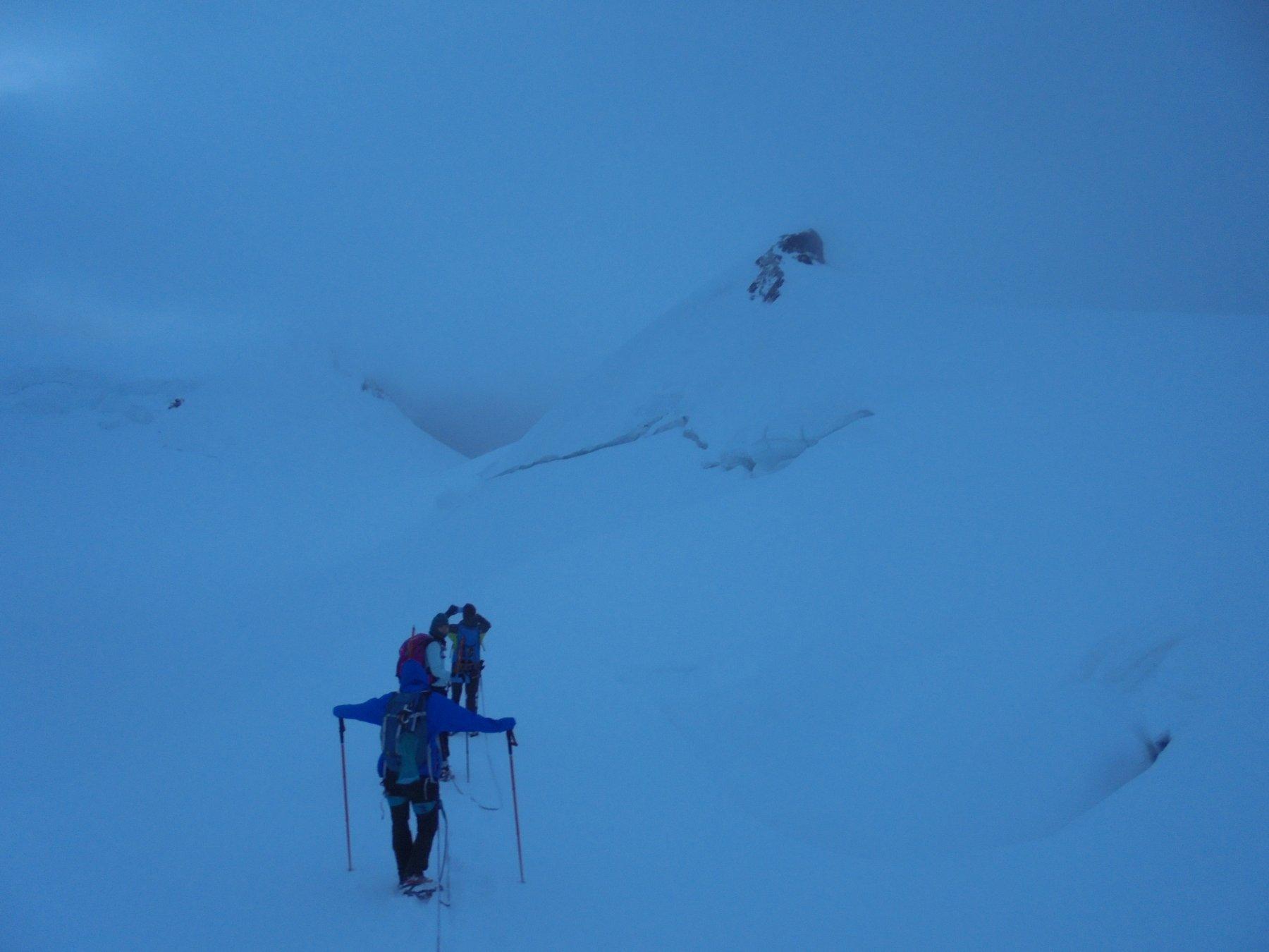 Salita alla Gnifetti con visibilità praticamente nulla; qui una delle ultime aperture nei dintorni del col del Lys