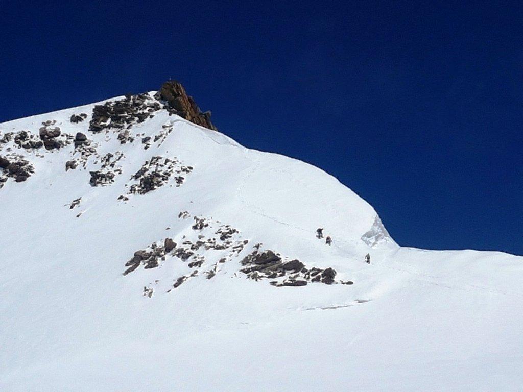 Traverso chiave per la Zumstein con ghiaccio. Variante imposta dalla discontinuità della cresta nevosa.