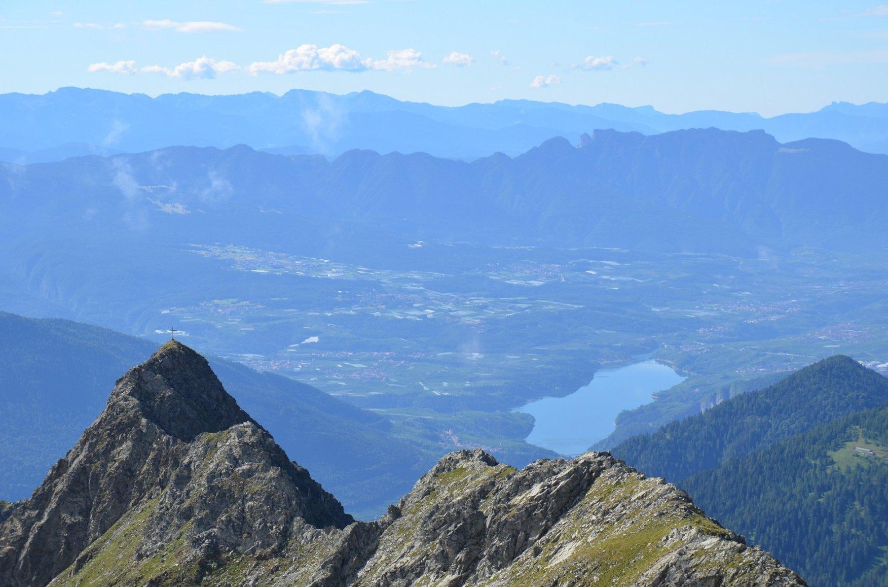Il bel crinale della Cima Slavazzaie. Dietro il Lago di santa Giustina e la val di Non