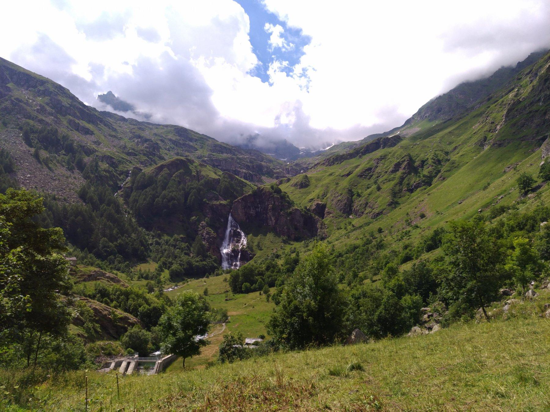 Lo spettacolo della cascata del Roc dalla borgata Cappelle