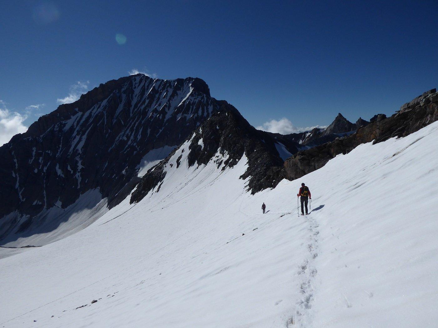 Ritornando al Col de Labby. Sullo sfondo la parete Nord della Parrachèè.