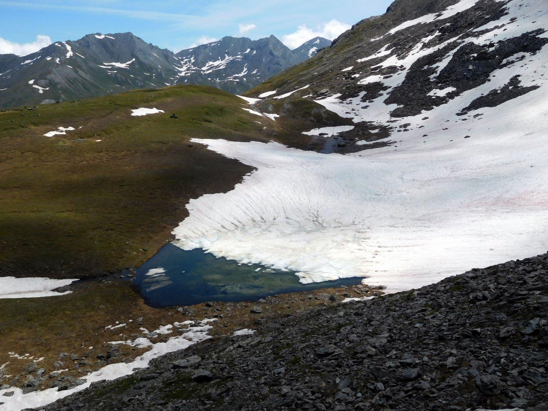il secondo lago esce a fatica dalla neve