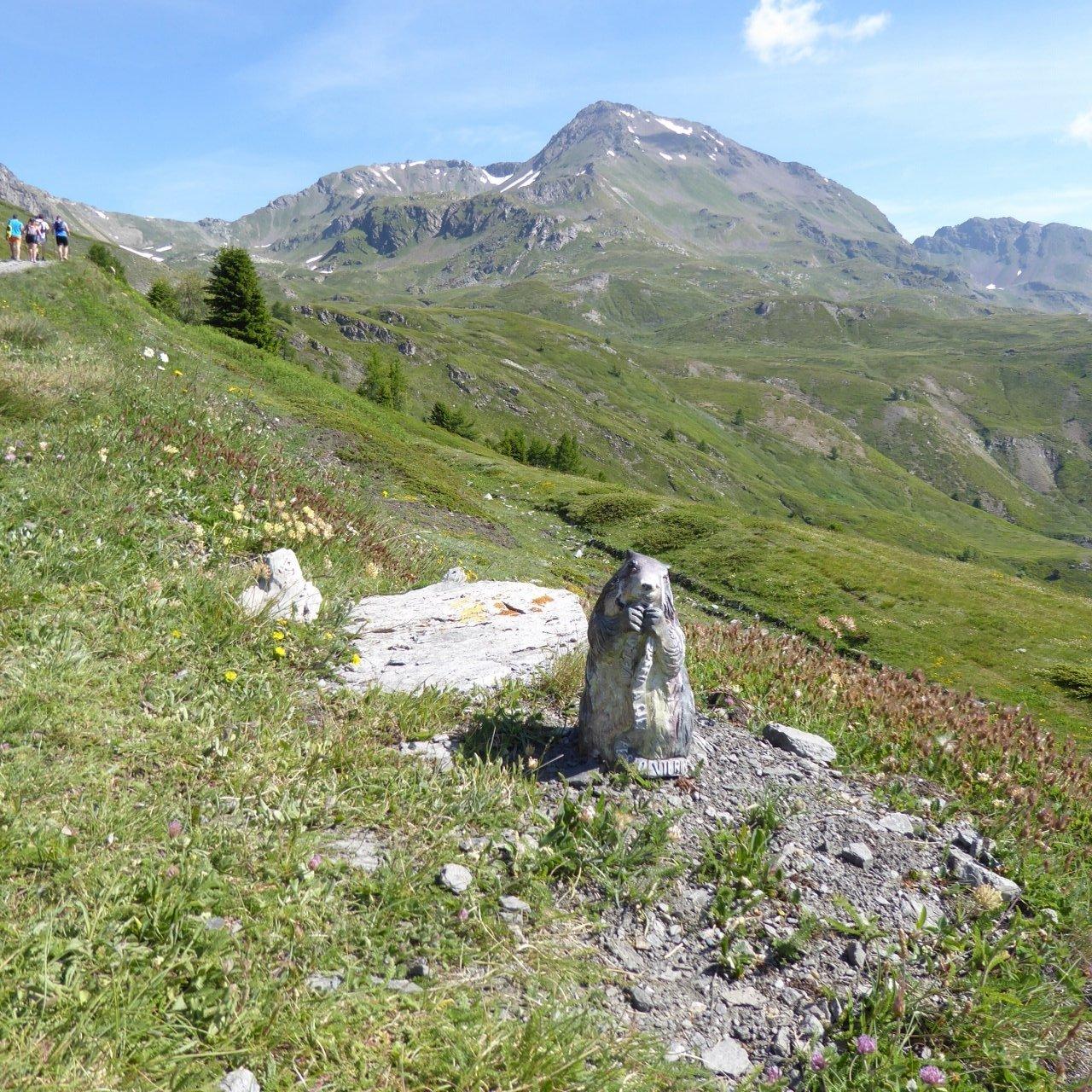 una delle numerose sculture lignee e mont Fallere