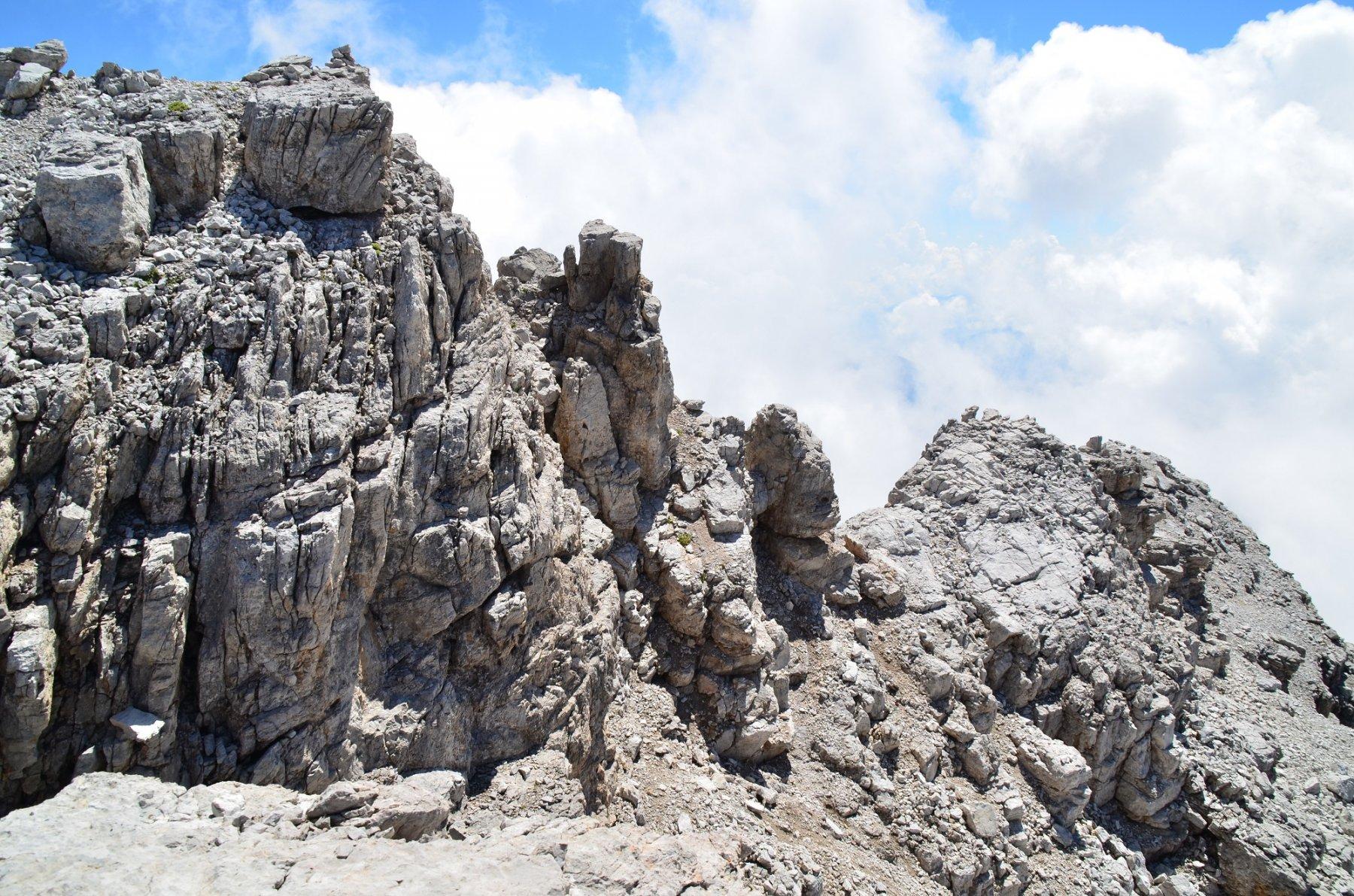 Sulla cima ovest del Campanile di Vallesinella 2946 m, salto e cresta finali