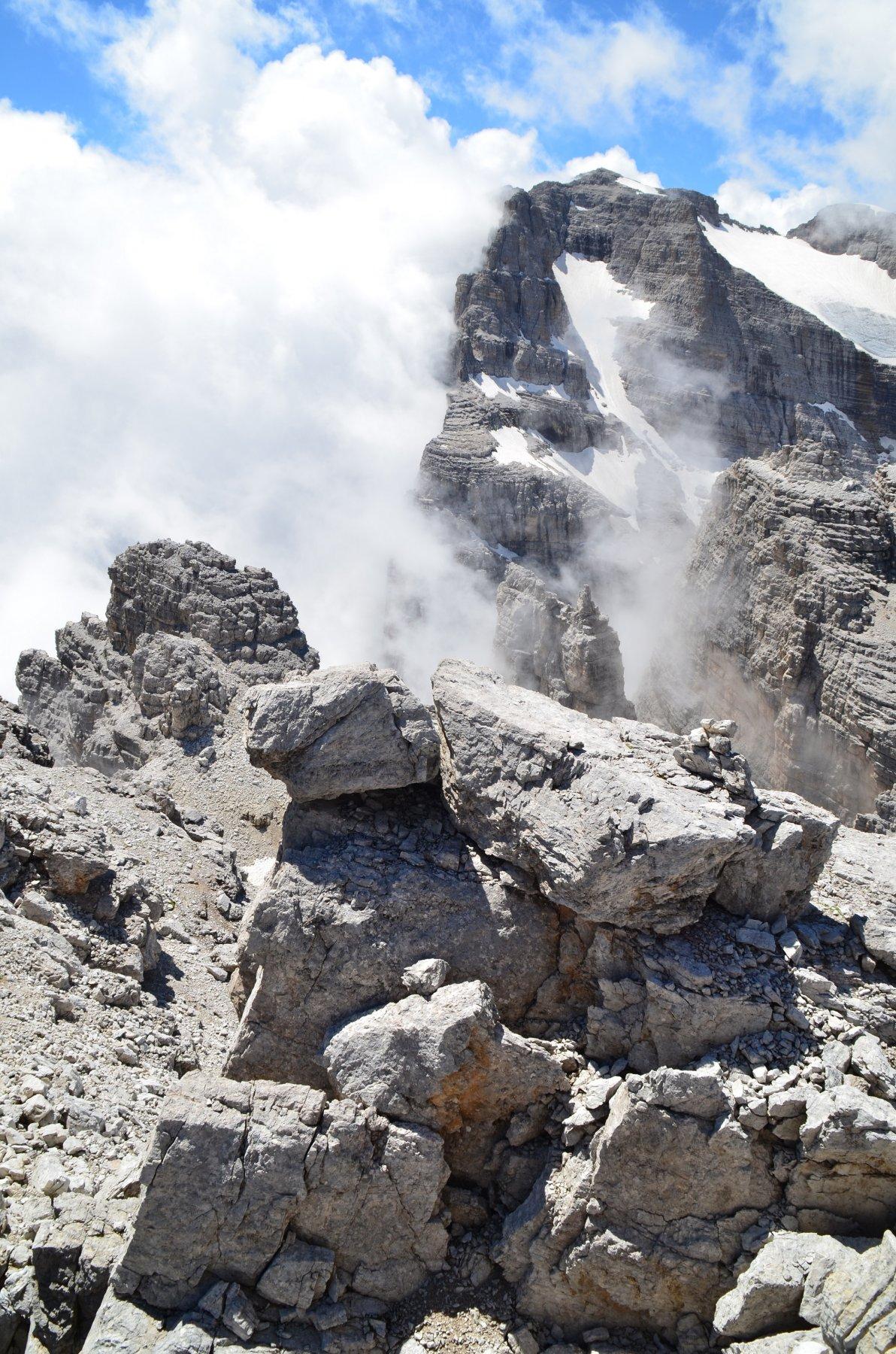Sulla cima ovest del Campanile di Vallesinella 2946 m. Vista verso il Brenta