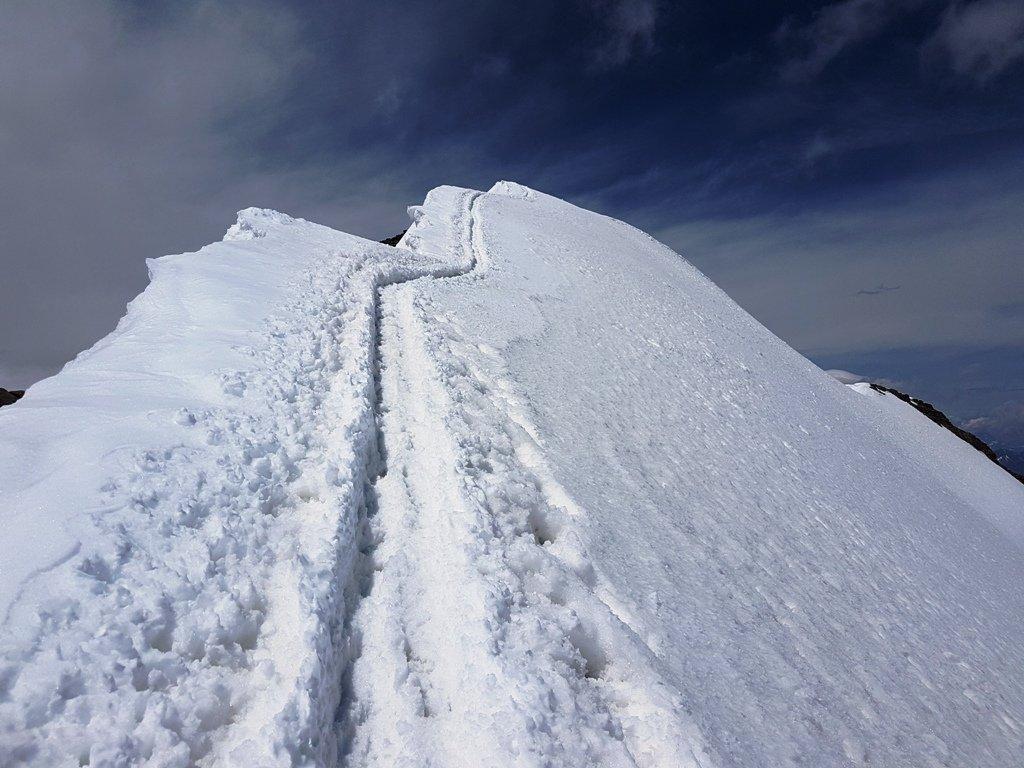 Saliscendi della cresta finale ben tracciati fino in vetta.