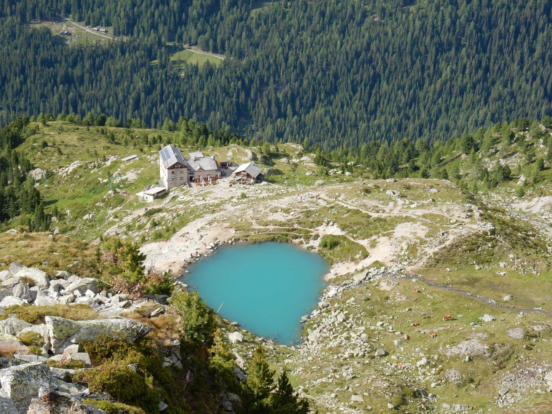 Zoomata sulla Kasseler Hutte (Rif.Roma) e il bel laghetto.